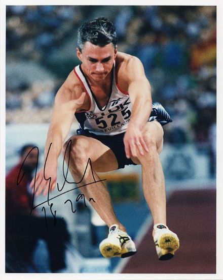 Jonathan Edwards, triple jumper, signed 10x8 inch press photo.